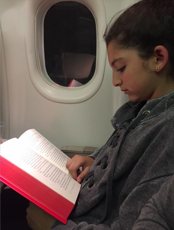 Reading+on+plane-Daria